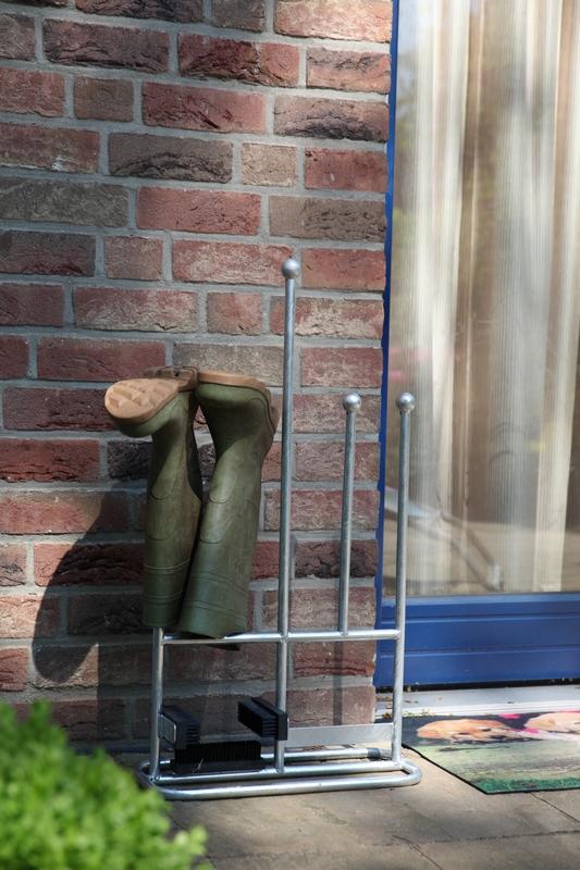 Csizmatartó állvány és cipőtisztító