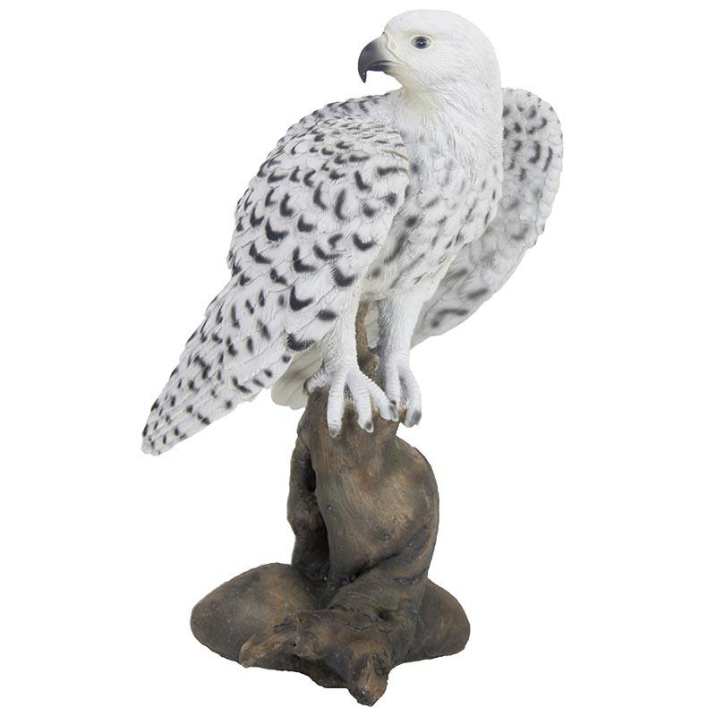 Farönkön álló vadászsólyom szobor