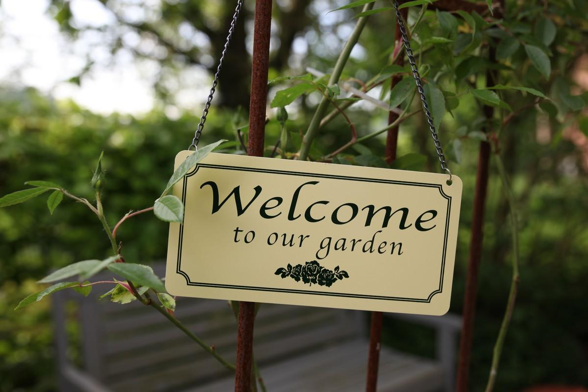 Felakasztható tábla WELCOME TO OUR GARDEN felirattal