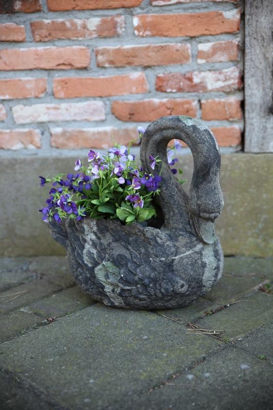 Hattyú alakú virágtartó szobor