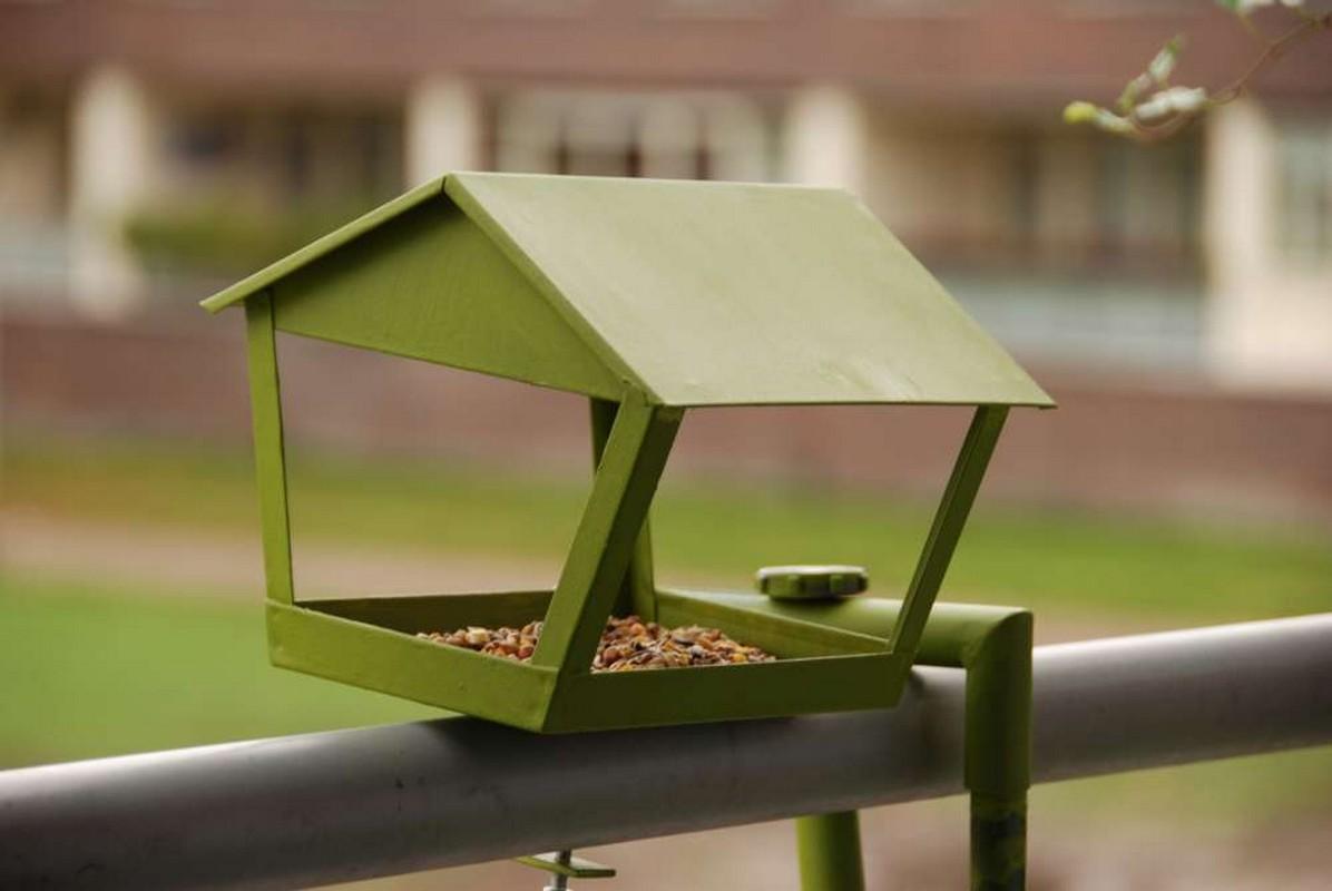 Korlátra szerelhető madáretető
