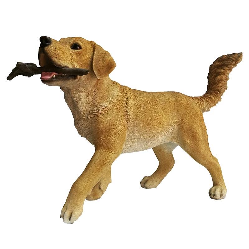 Labrador Retriever kutya szobor, faággal, L