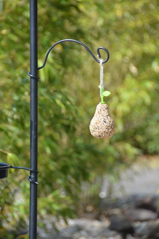 Leszúrható madáretető és -itató