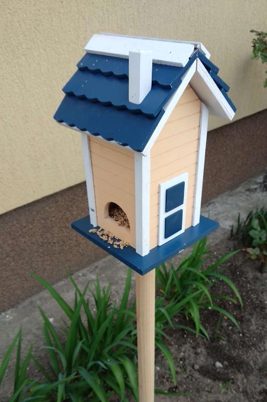Leszúrható madárház