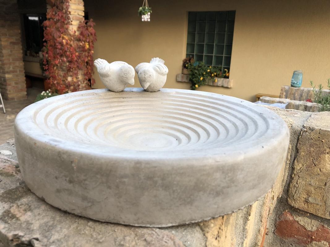 Madáritató és -etető tál betonból
