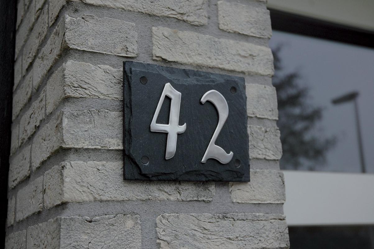 Modern fém házszám