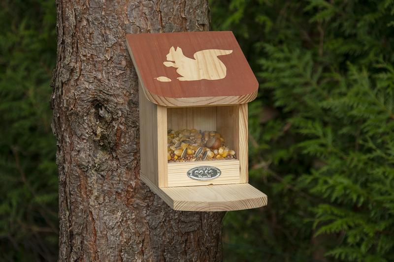 Mókus etető barna színű tetővel, mókus sziluettel