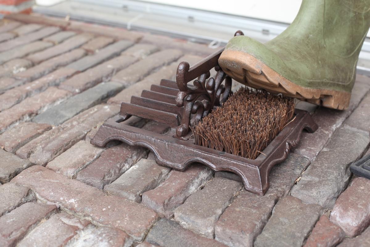 Sárkaparó, cipőtisztító kefével