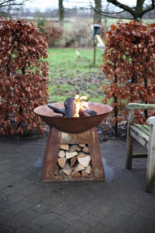 Tűzrakó és tűzifa tároló