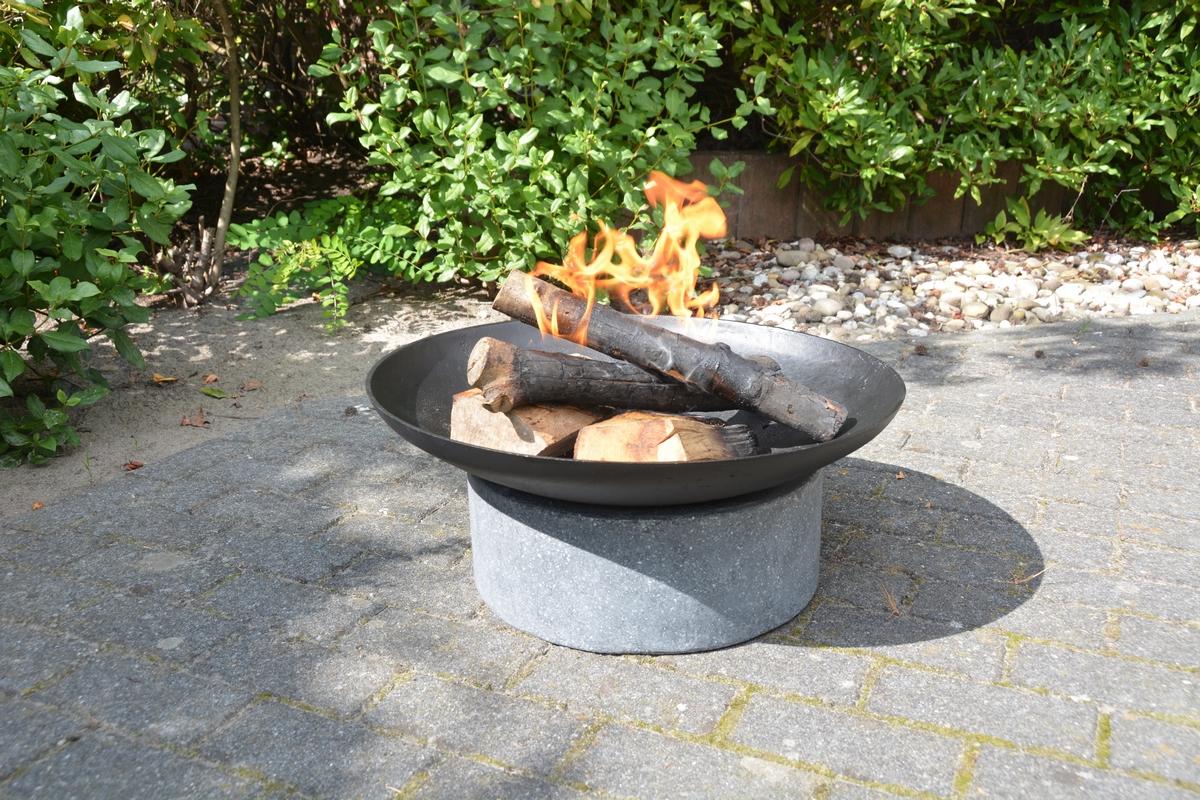 Tűzrakó tál gránit gyűrű állványon