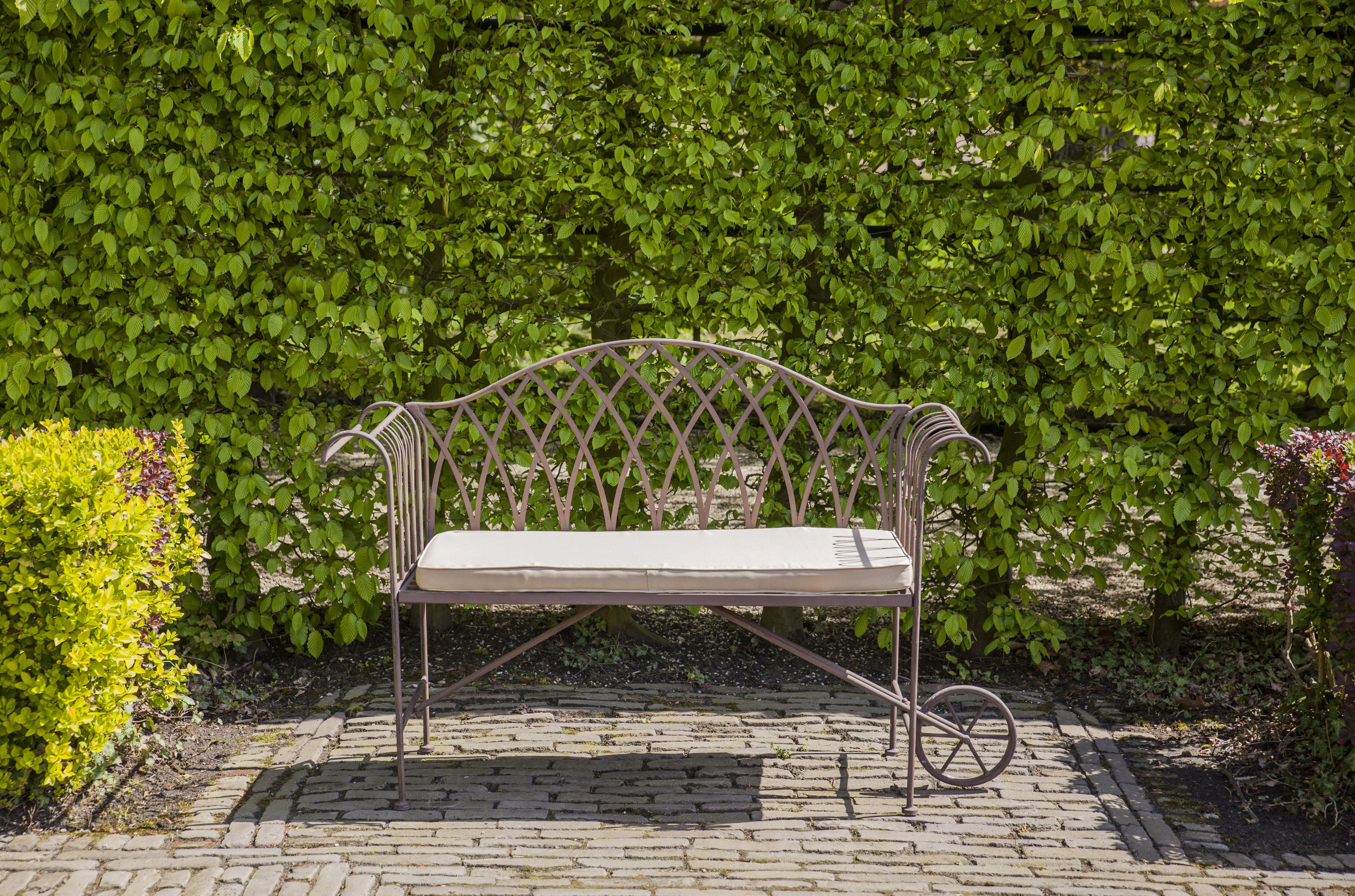 Kupolás kerti pad vagy traktor asztal? Romantikus klasszikus, vagy modern designos? Te hogyan rendeznéd be kertedet?